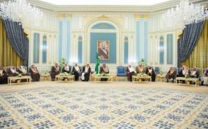خادم الحرمين الشريفين يستقبل الأمراء ومفتي عام المملكة وجمعاً من المواطنين