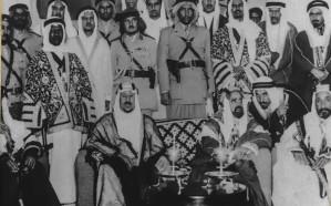 صورة تاريخية نادرة تجمع الملك سعود بالشيخ سلمان آل خليفة عام 1954