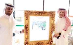 الغامدي يكرم العداء السعودي عويضة بالحارث