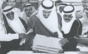 صورة نادرة للملك سلمان أثناء وضعه حجر الأساس لمجمع خيري بالدرعية
