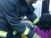 مدني خميس مشيط يخرج طفلة من مجفف غسالة ملابس