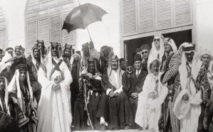 صورة تاريخية للملك المؤسس مع أبنائه في مشعر منى برفقة ملك البحرين