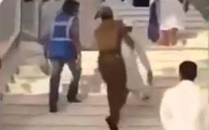 فيديو.. رجل أمن يحمل مسناً معاقاً عجز عن صعود الدرج بالمسجد الحرام