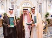 """خادم الحرمين يمنح """"الفيصل والبدر"""" وشاح الملك عبدالعزيز"""