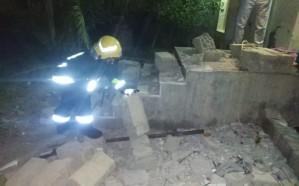 بالصور.. انهيار جدار منزل على 3 بنات في العقيق