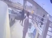 شاهد.. سطو مسلح على مركبة لنقل الأموال غرب الرياض