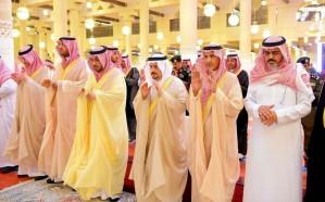 أمير الرياض يؤدي صلاة الميت على الأمير محمد بن متعب