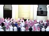 إمام جامع الراجحي يتعرض لوعكة أثناء الصلاة والمؤذن يخلفه بالمصلين