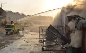 شاهد.. إخماد حريق في مصنع إسفنج بحي المشاعل بالرياض