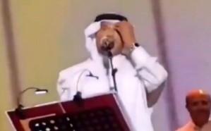 شاهد.. كيف تعامل فنان العرب مع جرادة استقرّت بجبينه أثناء وصلة غنائية بحفل القصيم!