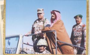 صورة تاريخية للملك فهد خلال تفقده القوات المسلحة إبان حرب الخليج
