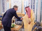 صور.. خادم الحرمين الشريفين يستقبل وزير الخزانة البريطاني