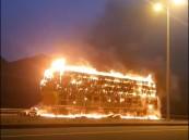 شاهد.. السيطرة على حريق شاحنة محمّلة بالأعلاف في الباحة