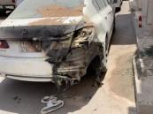 شاهد.. احتراق سيارتين إثر انفجار كابينة كهرباء في جدة