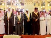 أمير الرياض يؤدي صلاة الميت على الأمير مشاري بن عياف آل مقرن