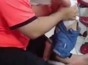 القبض على معنف الطفلة الرضيعة بالرياض.. وهذا مصير أطفاله