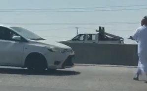 فيديو.. قائد مركبة يشهر رشاشاً بوجه آخر وسط طريق سريع