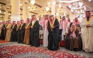 بالصور.. خادم الحرمين يؤدي صلاة الميت على الأمير متعب بن عبدالعزيز