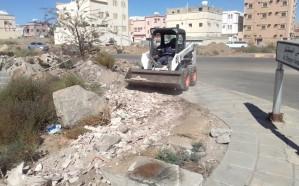 بالصور .. حملة لإزالة مخلفات البناء في شرق محافظة خميس مشيط