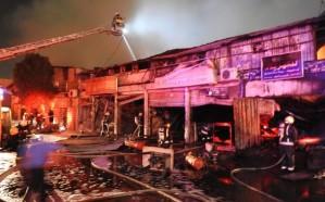 بالصور.. نشوب حريق في 6 محلات بحي الصناعية الأولى بالرياض