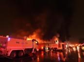 بالصور.. حريق هائل بمستودع لمواد البناء بحي المناخ في الرياض