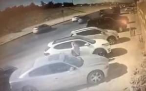 شاهد.. لحظة تهشيم زجاج سيارة وسرقة حقيبة من داخلها بالرياض