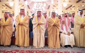 خادم الحرمين الشريفين يؤدي صلاة الميت على الأمير طلال بن سعود بن عبدالعزيز