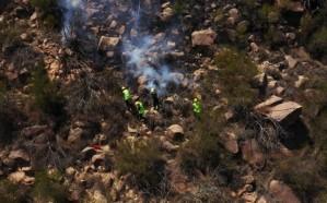 بالصور.. السيطرة على حريق اندلع في حشائش جبل صليل بجازان