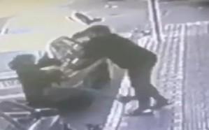 فيديو.. إيراني يعتدي على سيدة بالضرب المبرح وسط الشارع