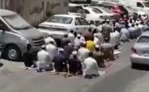 فيديو.. وافدون يصلون الجمعة في أحد الطرق المؤدية للحرم المكي بالمخالفة