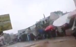 موقف بطولي.. لحظة إنقاذ يمنيون لرجل جرفته المياه في شوارع عدن