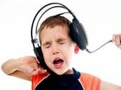 عفن أسود داخل أذن طفل يضع السماعات لفترات طويلة