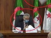 فيديو.. لحظة سقوط جزء من سقف قاعة مؤتمرات بجوار وزير جزائري