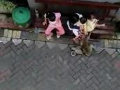 فيديو مثير.. قرد يركب دراجة ويخطف طفل في إندونيسيا