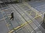 فيديو مروع.. رجل ينجو من الموت بأعجوبة أثناء عبوره السكة الحديدية
