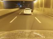 شاهد:  قائد مركبة يعرّض نفسه وقائدي المركبات الأخرى للخطر بعسير