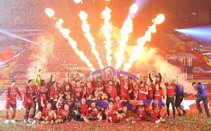 """ليفربول يحتفل بلقب الدوري الممتاز بعد مباراة """"مجنونة"""" طال انتظارها 30 عاماً"""