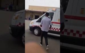 شاهد.. مريض يسرق سيارة إسعاف في جدة
