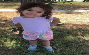 الكاميرات توثق مشهدًا مفزعًا لطفلة من أمام قبرها بعد وفاتها