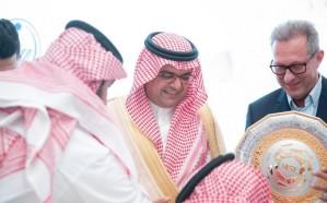 الأمير منصور بن محمد يحتفي بنادي الباطن