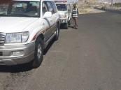 فيديو.. الإطاحة بقائد سيارة تعمد مضايقة حافلة في طريق سريع وعرض ركابها للخطر