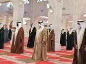 شاهد.. ملك البحرين يؤدي صلاة الجنازة على جثمان الأمير خليفة بن سلمان