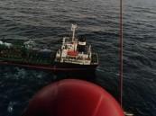 """شاهد.. لحظة إخلاء """"القوات البحرية"""" مريضاً أوكرانياً من سفينة بنمية"""
