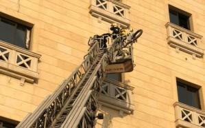 بالصور.. إخماد حريق اندلع في سقف فندق بالدمام