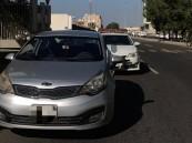 ضبط قائد مركبة تعمد الالتصاق بالسيارات بطريق المدينة السريع في جدة