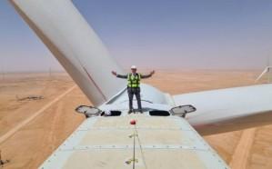 السفير الفرنسي في المملكة ينشر صورته وهو يعتلي إحدى عنفات الرياح المخصصة لتوليد الطاقة بدومة الجندل