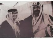 """صورة نادرة للملك عبدالعزيز وهو يمازح رئيس """"أرامكو"""""""
