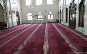 الشؤون الإسلامية تغلق 7 مساجد مؤقتاً في عدة مناطق بعد ثبوت 7 حالات إصابة كورونا