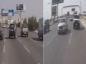 بالفيديو .. قائد مركبة متهور  يراوغ السيارات بسرعة جنونية