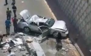 شاهد..  لحظة سقوط مركبة من أعلى جسر التحلیة بجدة